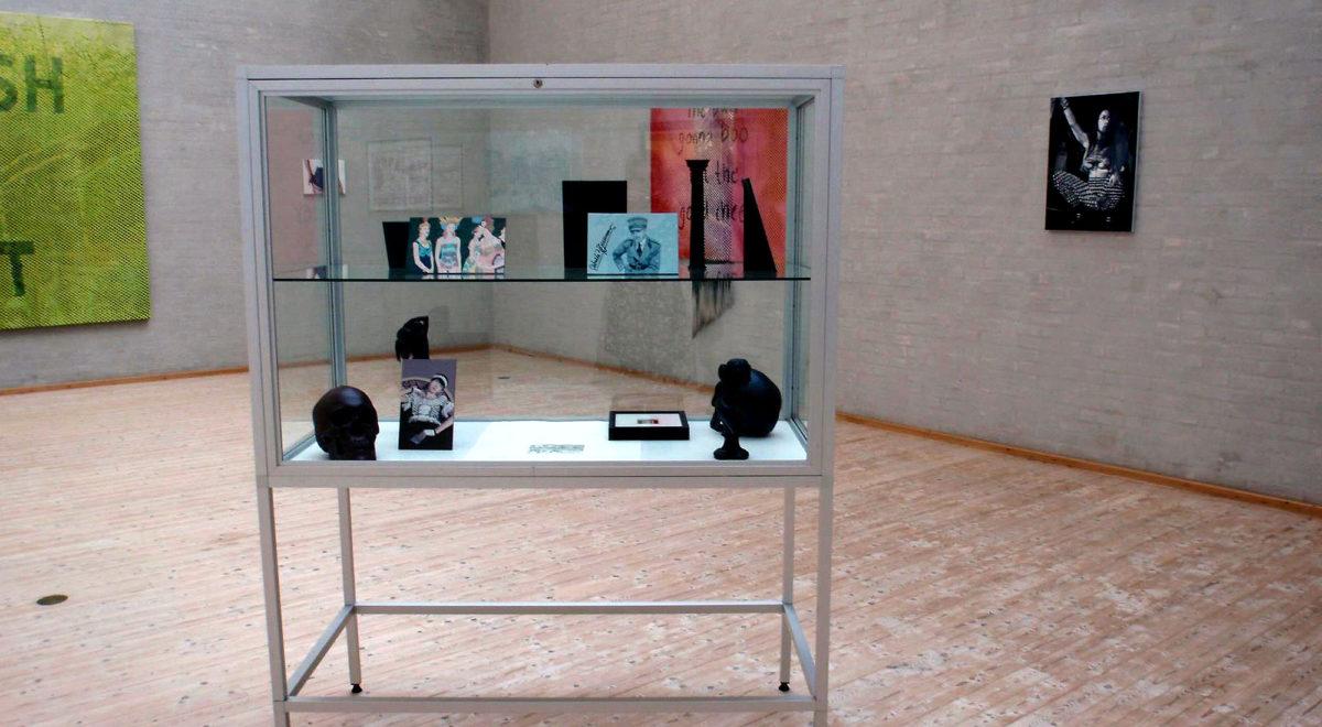 """Malerier og artefakter fra udstillingen """"Deceitful Strategies and Lots of Diamonds"""" på Himmerlands Kunstnuseum"""