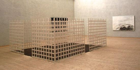 """Installation af Anne Marie Egemose på udstillingen """"Stederne ER der"""" på Himmerlands Kunstmuseum"""