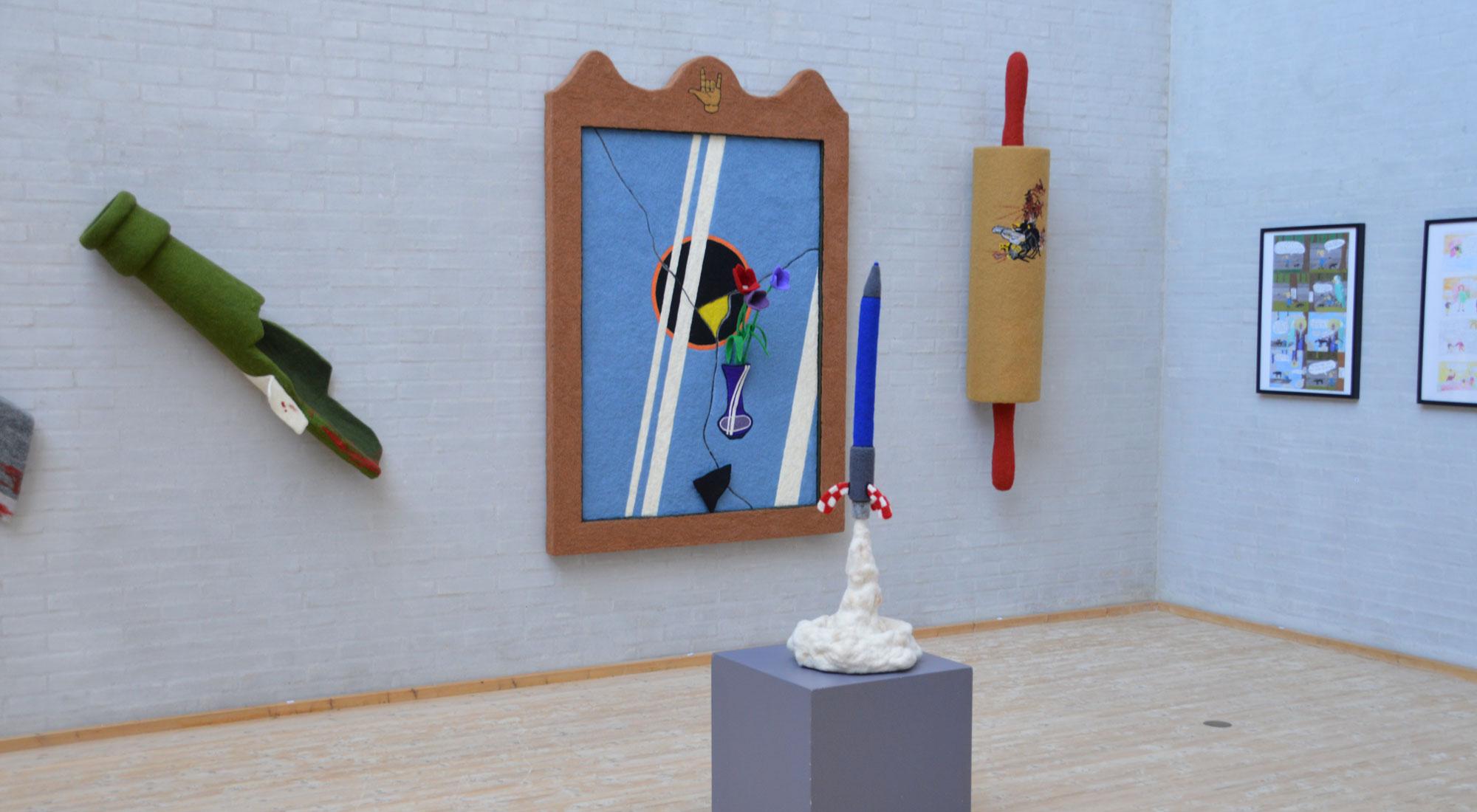 """Objekter og billeder fra udstillingen """"Safari"""" med Anne Sofie Meldgaard og Andreas Schulenburg på Himmerlands Kunstmuseum"""