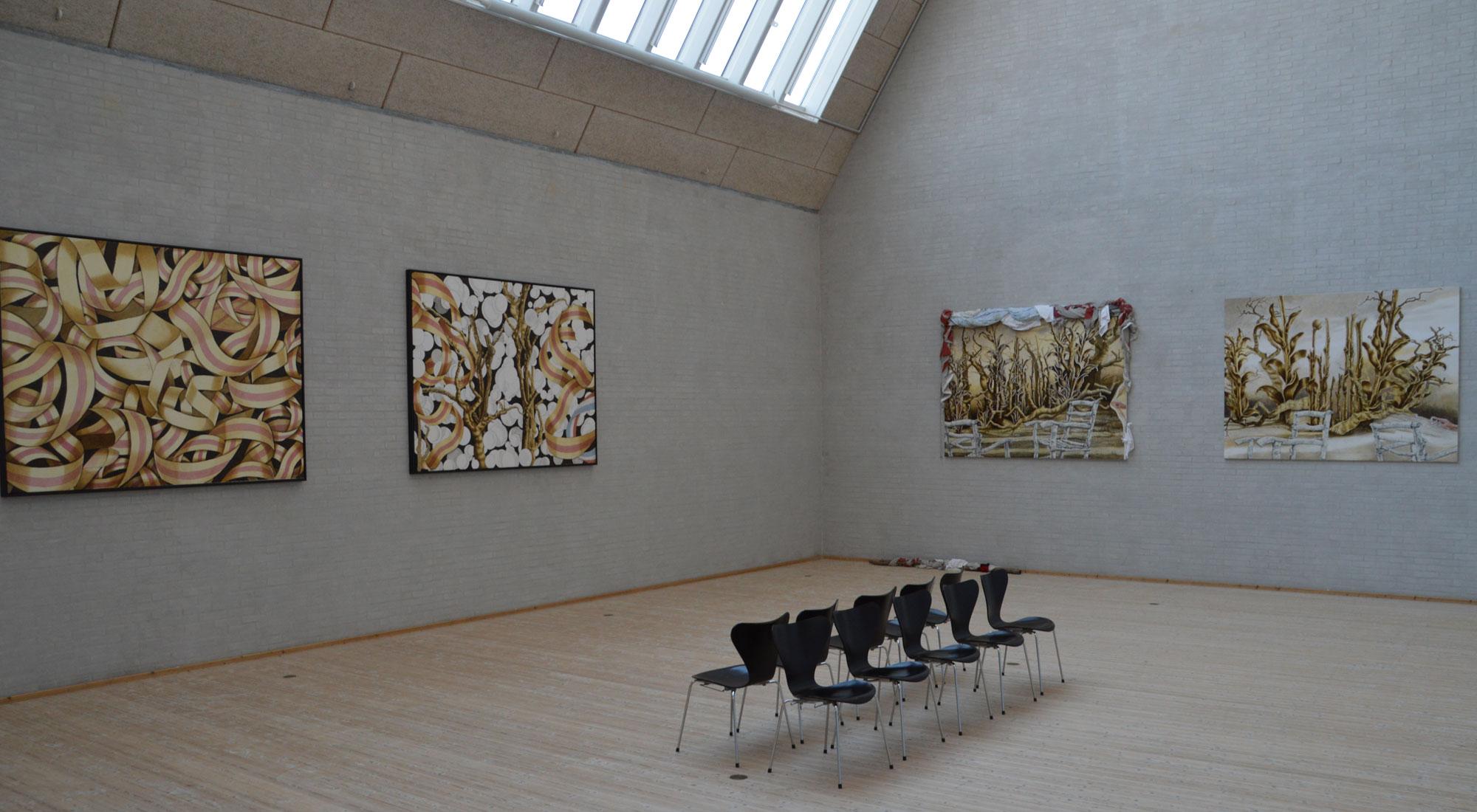 """Fire billeder fra udstillingen """"Skitsen i billedet repræsenterer stemmen"""" med Berit Heggenhougen-Jensen på Himmerlands Kunstmuseum"""