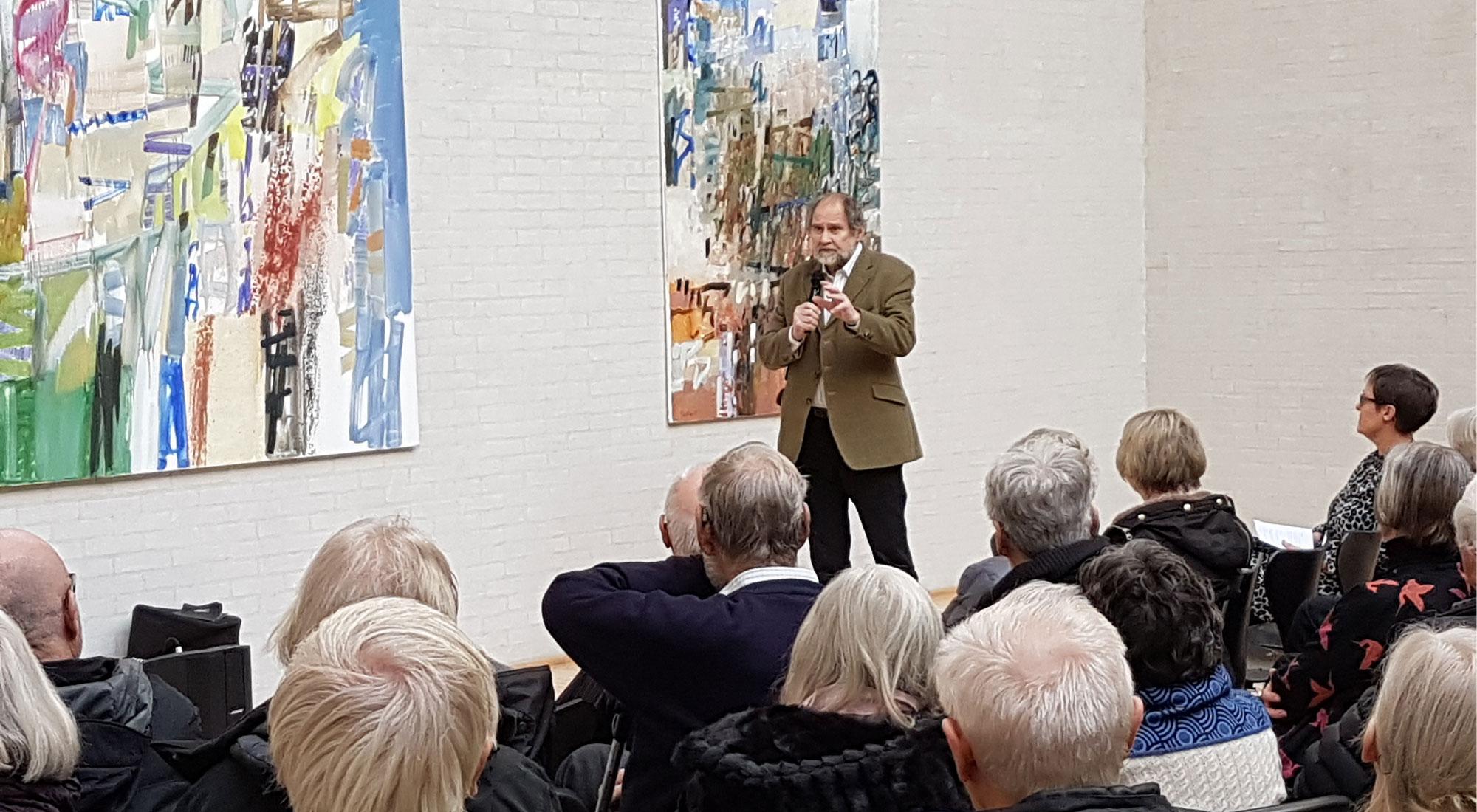Bárður Jákupsson foran to af sine malerier til fernisering på Himmerlands Kunstmuseum