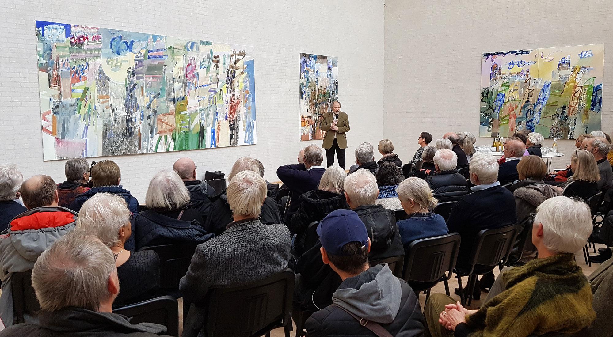 Bárður Jákupsson forklarer om sine billeder til fernisering på Himmerlands Kunstmuseum