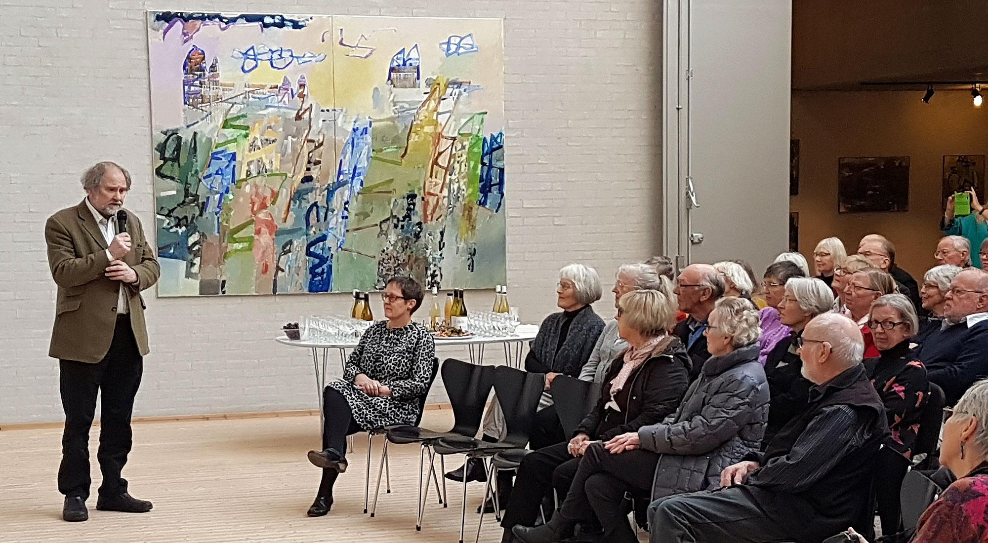 Bárður Jákupsson taler for et publikum til fernisering på Himmerlands Kunstmuseum