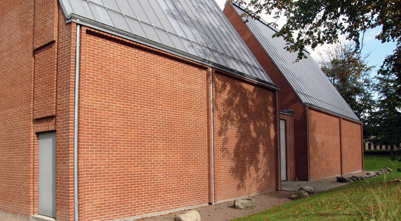 Udstillingssalene i røde mursten tegnet af Per Kirkeby på Himmerlands Kunstmuseum set udefra