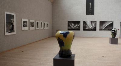 """Keramikkrukker og fotos fra udstillingen """"Det nordiske lys i foto og glasur"""" med Kirsten Klein og Gunhild Rudjord på Himmerlands Kunstmuseum"""