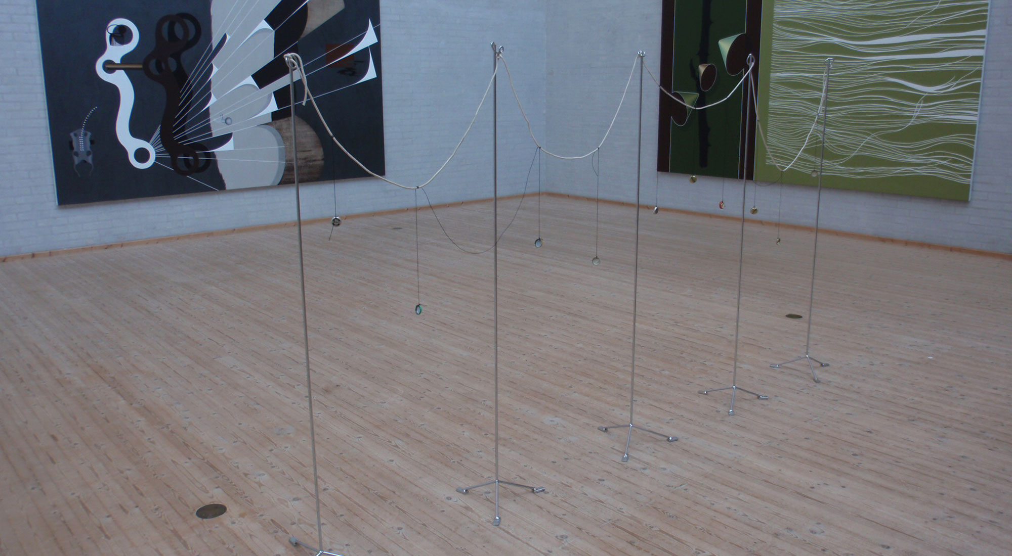 """Installation og billeder fra udstillingen """"Schickenisse"""" Lisbeth Eugenie Christensen og Jørgen Carlo på Himmerlands Kunstmuseum"""