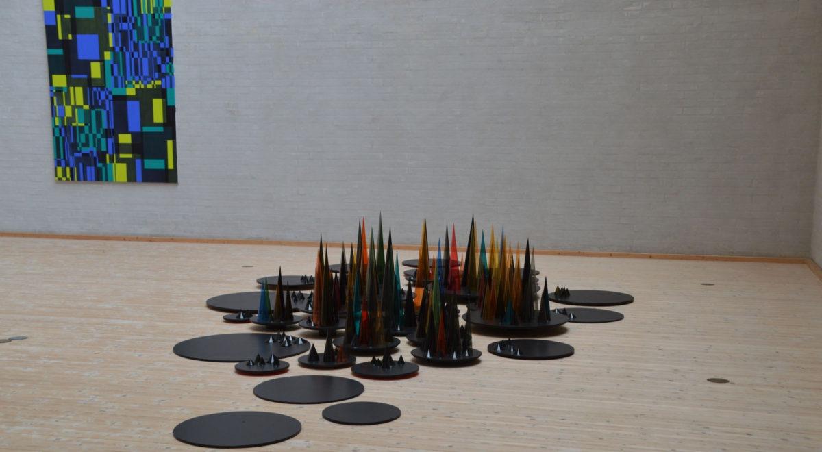 """Billede og installation fra udstillingen """"Des Cloches"""" med Marianne Grønnow og Kathrine Ring på Himmerlands Kunstmuseum"""
