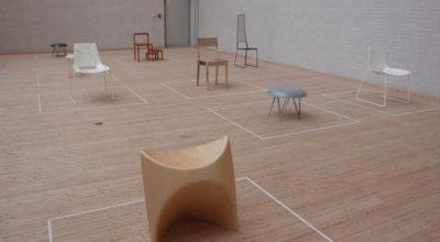 """Stole og taburetter fra udstillingen """"Overflod og Understrøm"""" med Miriam Brostrøm og Thea Dalager på Himmerlands Kunstmuseum"""