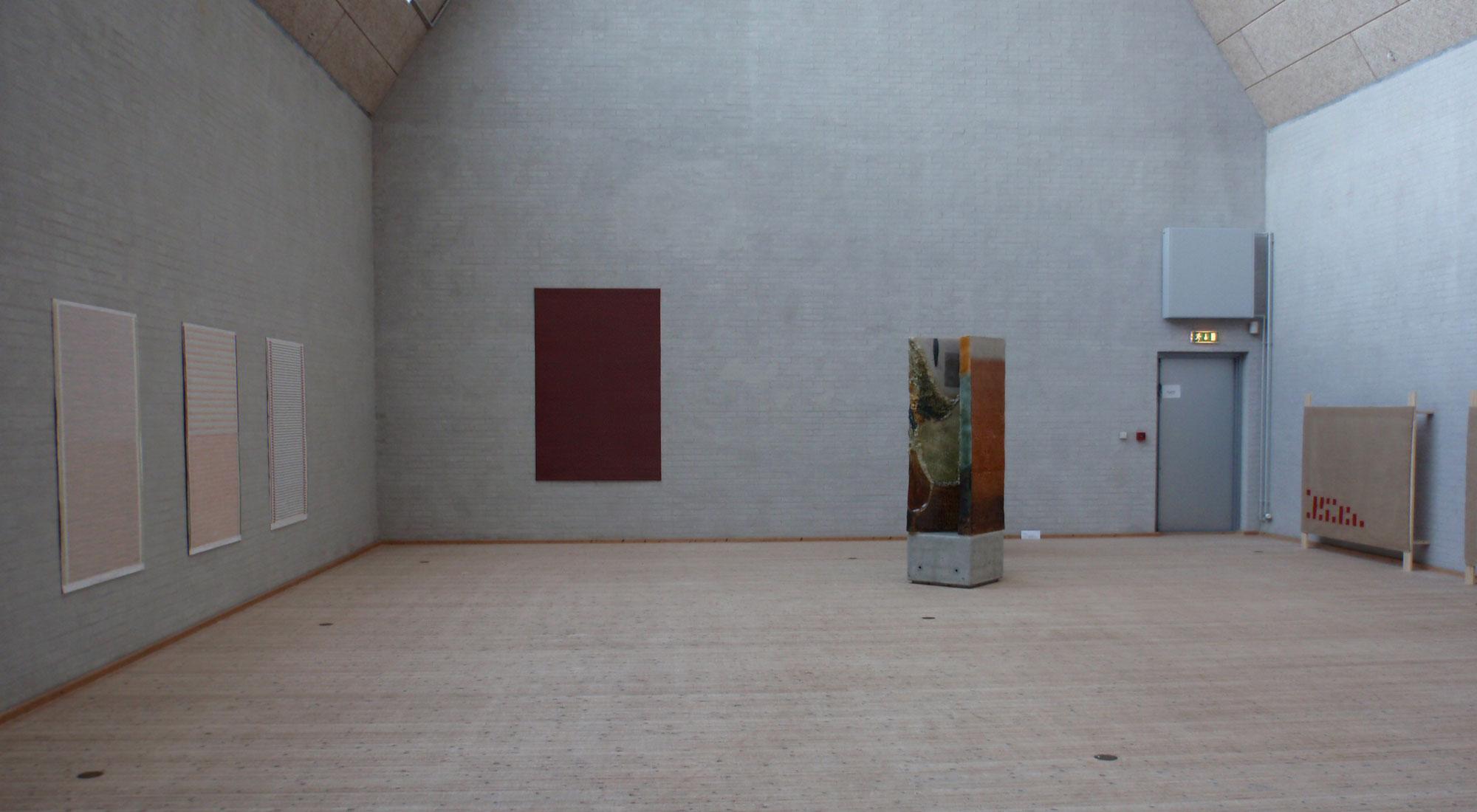 """Billeder og skulptur fra udstillingen """"Et interiør"""" med Toni Larsen og Anette Ørom på Himmerlands Kunstmuseum"""