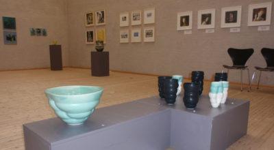 """Krukker og billeder fra udstillingen """"Tonsart"""" med kunstnergruppen Tonsart på Himmerlands Kunstmuseum"""