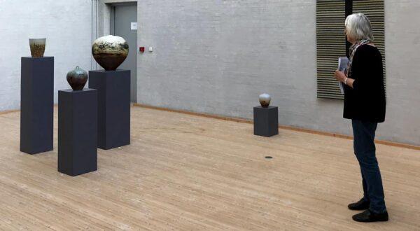 Fremvisning af keramik på Himmerlands Kunstmuseum