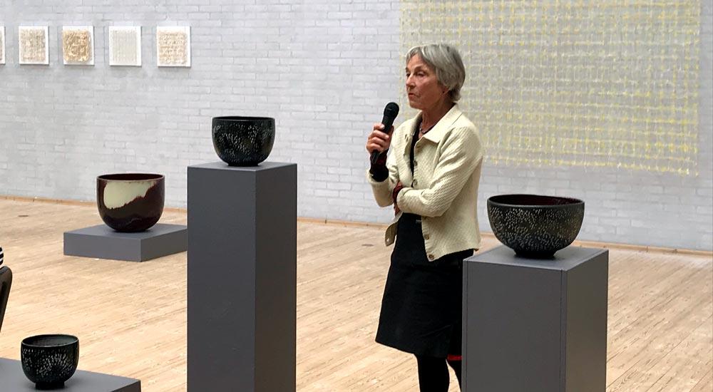 Kvinde præsenterer keramik