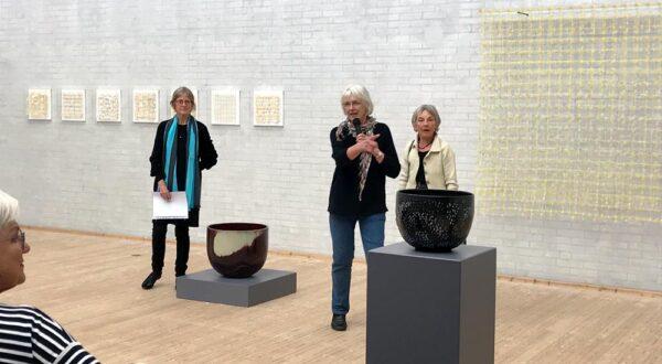 Kvinde præsenterer keramisk skål