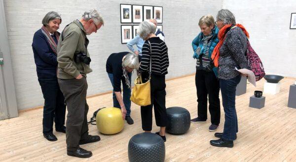 Besøgende til fernisering på udstillingen med Fynske Kunsthåndværkere